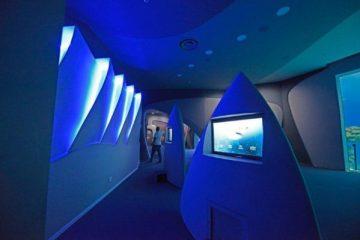פלג אדריכלים בתוך בריכת כרישים